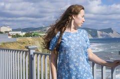 La muchacha en una alineada azul Imagenes de archivo