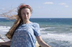 La muchacha en una alineada azul Fotos de archivo libres de regalías