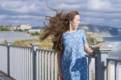 La muchacha en una alineada azul Foto de archivo