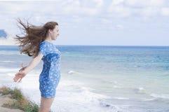 La muchacha en una alineada azul Imagen de archivo libre de regalías