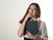 La muchacha en una blusa blanca con un libro viejo enseña a poesía Fotos de archivo