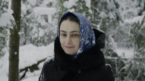 La muchacha en una bufanda azul en el bosque del invierno muestra emociones simuladas metrajes