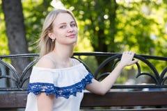 La muchacha en una calle de la ciudad Imagen de archivo libre de regalías