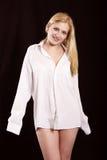 La muchacha en una camisa blanca Fotografía de archivo libre de regalías