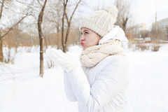 La muchacha en una capa abajo-rellenada blanco puro Imagen de archivo