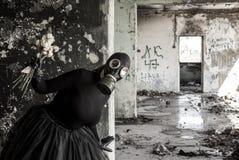 La muchacha en una careta antigás La amenaza de la ecología fotos de archivo