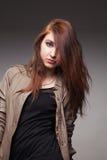 La muchacha en una chaqueta de cuero representa el modelo Imagen de archivo libre de regalías