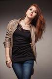La muchacha en una chaqueta de cuero representa el modelo Imágenes de archivo libres de regalías