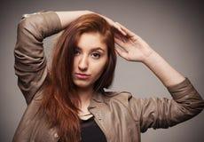 La muchacha en una chaqueta de cuero representa el modelo Fotografía de archivo libre de regalías