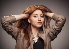 La muchacha en una chaqueta de cuero representa el modelo Imagen de archivo