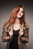 La muchacha en una chaqueta de cuero representa el modelo Fotos de archivo