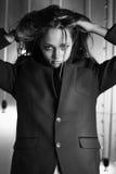 La muchacha en una chaqueta y pantalones cortos Fotografía de archivo libre de regalías