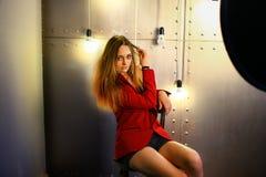 La muchacha en una chaqueta y pantalones cortos Imagen de archivo libre de regalías
