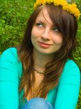 La muchacha en una guirnalda Fotos de archivo