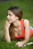 La muchacha en una hierba con el libro Imágenes de archivo libres de regalías