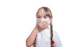 La muchacha en una máscara médica cerró una mano de compañías Imagen de archivo libre de regalías