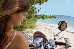La muchacha en una motocicleta. Foto de archivo libre de regalías