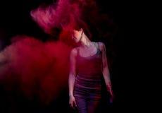 La muchacha en una niebla roja Imagen de archivo