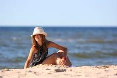 La muchacha en una playa Foto de archivo libre de regalías