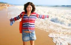 La muchacha en una playa fotos de archivo