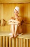 La muchacha en una sauna Fotografía de archivo