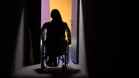 La muchacha en una silla de ruedas que viene en el cine Ocio discapacitado almacen de video