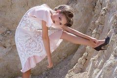 _ la muchacha en uno poner crema alineada Foto de archivo libre de regalías