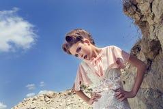 _ la muchacha en uno poner crema alineada Imagen de archivo