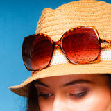 La muchacha en verano viste el sombrero de paja y las gafas de sol Imagen de archivo libre de regalías
