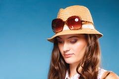 La muchacha en verano viste el sombrero de paja y las gafas de sol Fotos de archivo