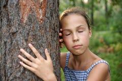 La muchacha en verde deja el fondo Foto de archivo libre de regalías