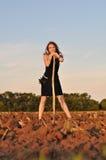 La muchacha en vestido de noche cavó el campo Imágenes de archivo libres de regalías