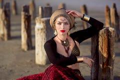 La muchacha en vestido largo rojo del estilo tribal americano Foto de archivo libre de regalías