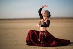La muchacha en vestido largo rojo del estilo tribal americano Imagenes de archivo