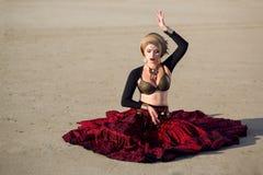 La muchacha en vestido largo rojo del estilo tribal americano Fotos de archivo