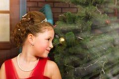 La muchacha en vestido rojo acoge con satisfacción Año Nuevo y la Navidad Fotos de archivo