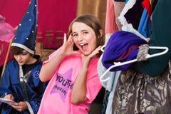 La muchacha en vestuario presenta con las manos por la cara Fotografía de archivo libre de regalías