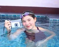 La muchacha en vidrios de agua se cierra con la cámara subacuática Foto de archivo libre de regalías