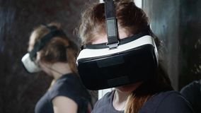 La muchacha en vidrios de VR es soportes y negociaciones que comenta algunas cosas metrajes