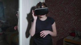 La muchacha en vidrios de VR es soportes y negociaciones que comenta algunas cosas almacen de video