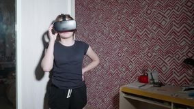 La muchacha en vidrios de VR es soportes y negociaciones que comenta algunas cosas almacen de metraje de vídeo