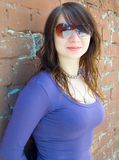 La muchacha en vidrios solares Imagen de archivo