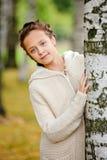 La muchacha encantadora con los ojos verdes y las coletas en beige hizo punto swea Fotos de archivo libres de regalías