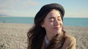 La muchacha encantadora disfruta de día en una playa almacen de video