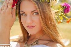 La muchacha encantadora en aster y la maravilla enrruellan encendido Imagenes de archivo