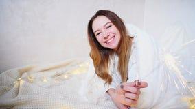 La muchacha encantadora en humor festivo felicita con holi del ` s del Año Nuevo Imágenes de archivo libres de regalías