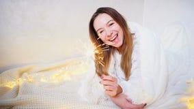La muchacha encantadora en humor festivo felicita con holi del ` s del Año Nuevo Foto de archivo