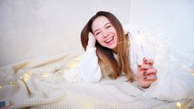 La muchacha encantadora en humor festivo felicita con holi del ` s del Año Nuevo Fotos de archivo libres de regalías