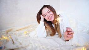 La muchacha encantadora en humor festivo felicita con holi del ` s del Año Nuevo Imagenes de archivo