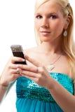 La muchacha encantadora lee sms en el teléfono Fotos de archivo libres de regalías